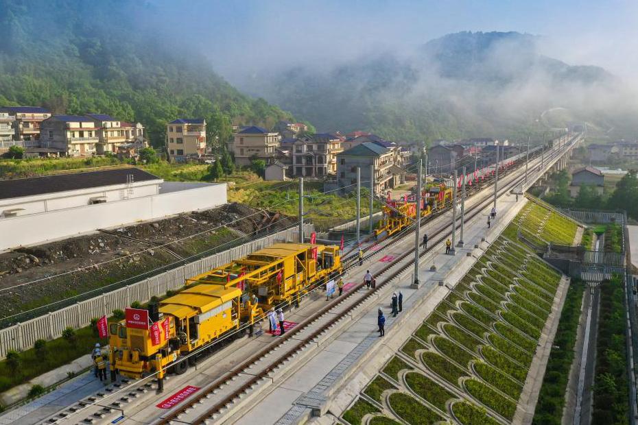 國內首套無砟軌道智慧鋪軌機組在張吉懷高鐵建設中成功運用