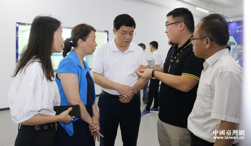 趙紅明(前中)考察廣西航太北斗新能源産業科技有限公司。.JPG