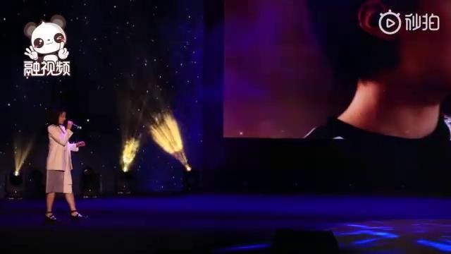 演員馬栗在第二屆海峽兩岸青年發展論壇嘉年華暨閉幕會上演唱《最相愛的朋友》圖片