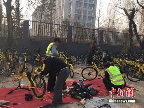 在北京某個共用單車維修點,修車師傅正在工作。中新網 吳濤 攝