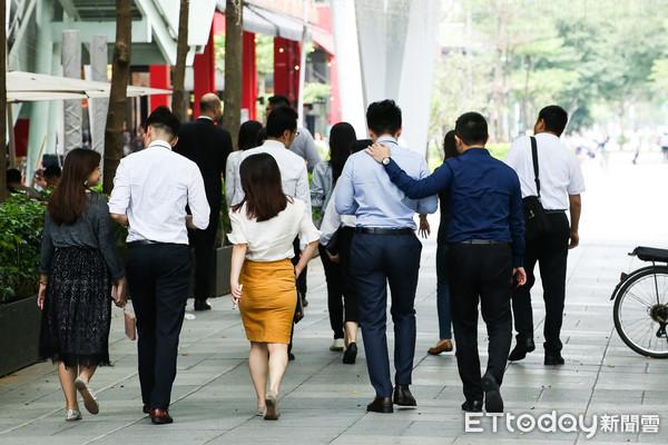 2018台灣月薪平均5萬新台幣 製造業加班工時反應景氣減緩