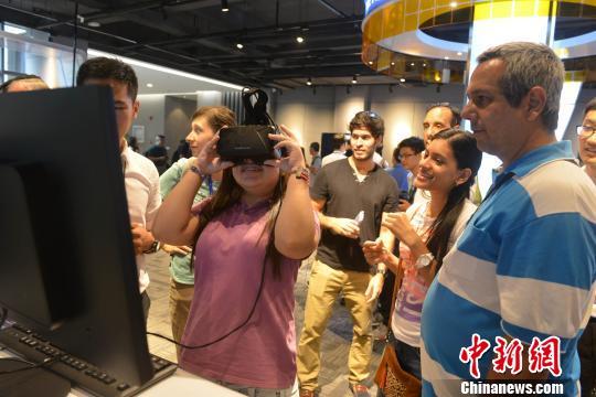 圖為外賓戴上眼鏡體驗VR。 呂明 攝