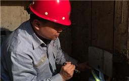 3張東平在進行電梯故障檢測與維修。(重慶市特種設備檢測研究院供圖 台灣網發)_副本.jpg