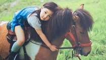 不當公主當騎士 小萌妹從小就愛騎馬