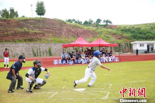 圖為彰化教師聯隊與彰化藝術高中隊舉行棒球表演賽。 黃水林 攝