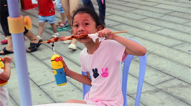 """6月11日,以""""味道中華、香飄兩岸""""為主題的兩岸特色廟會在廈門開市。6月的廈門,……"""