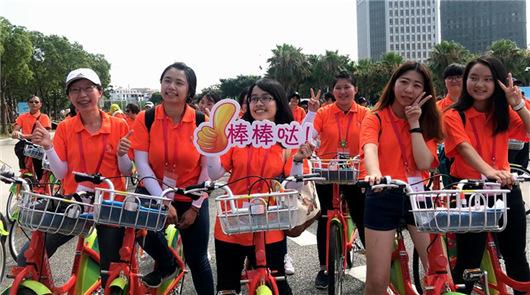 """(詹托榮)5日下午,兩岸女大學生""""綠色共用 '騎'樂融融""""騎行活動在廈門海滄區……"""