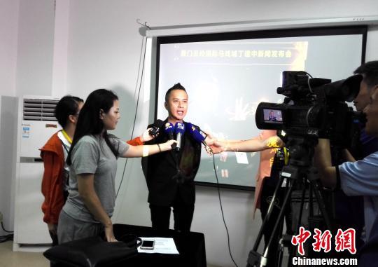 臺灣全能魔術師丁建中登陸參加第九屆海峽論壇兩岸魔術交流會,接受媒體採訪。 楊伏山 攝