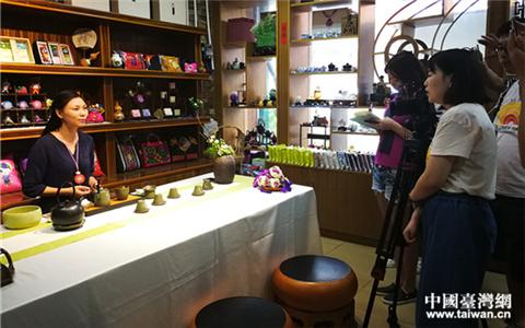 1-1攝製組採訪橫縣巧恩茶業企業。_副本.jpg