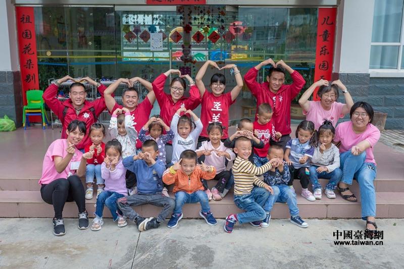 至善基金會一行和海東幼兒園小朋友在一起.jpg