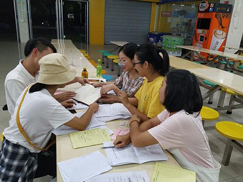 課題組在討論(圖片由王孟筠老師提供).jpg