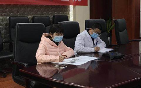 陶怡秀(左一)在會診1.jpg