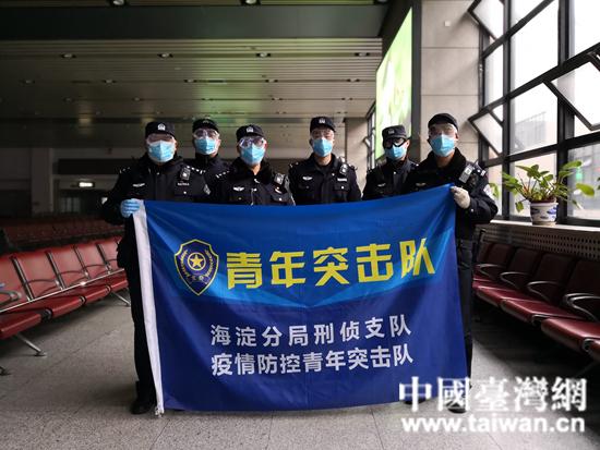 1盧笛(右)和戰友們在北京西站執勤.jpg