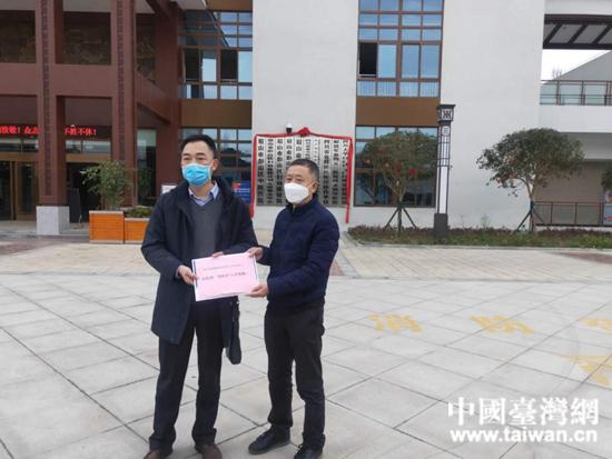 彭山區臺資企業向醫院工會捐贈慰問金。  (台灣網 發).jpg