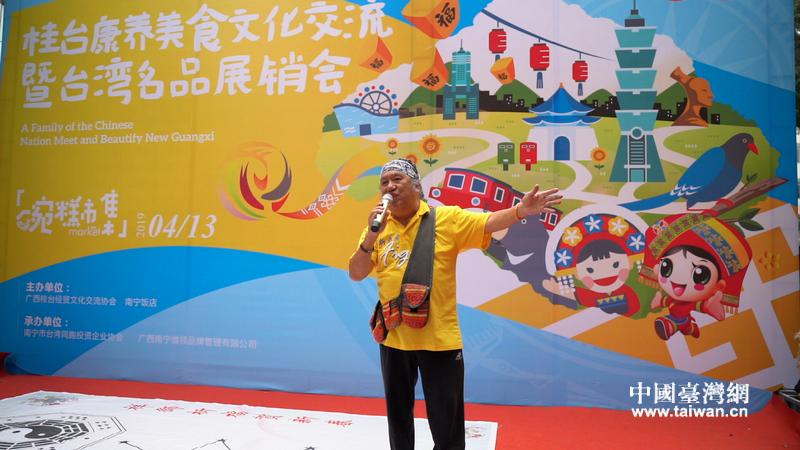 吳廷宏在南寧臺灣名品展銷會上放入歌助興。.JPG