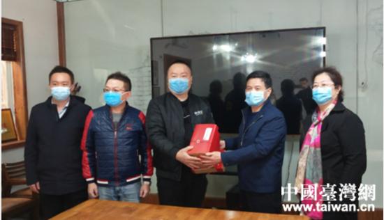 王二虎向企業贈送防疫用品。  (台灣網 發).jpg