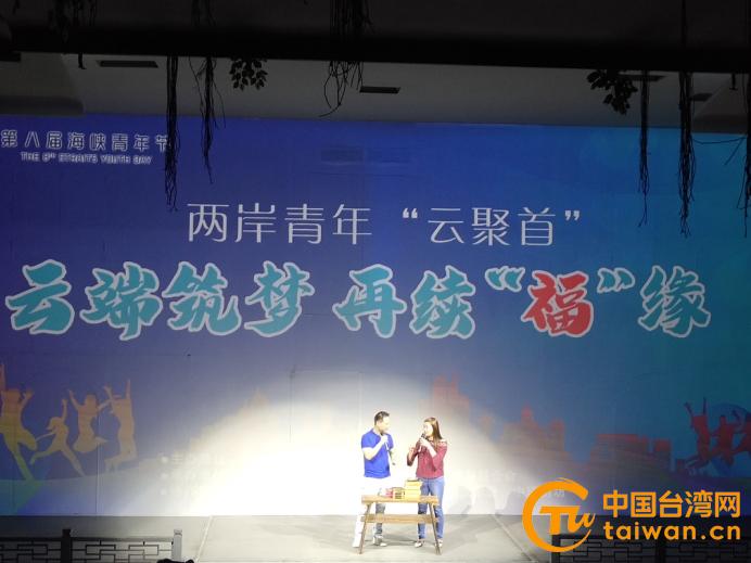 臺青李正能(左)和蔡佩紜(右)現場直播帶貨.jpg