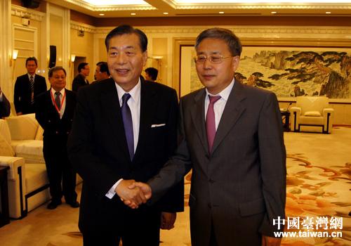 山東省省長郭樹清與臺灣貿易中心董事長王志剛親切握手