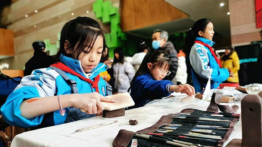 西寧市城中區:小學生陶印作品展亮相