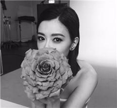 賈靜雯穿抹胸裙手捧鮮花 氣質優雅迷人