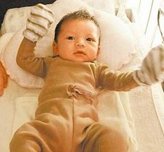吳佩慈二胎兒子滿月照曝光 寶寶大眼超萌