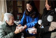 上海居民區為老臺胞老人送臘八粥