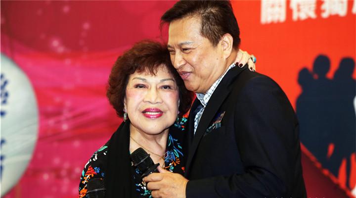 臺灣80歲金牌製作人週游與小10歲丈夫公開秀恩愛