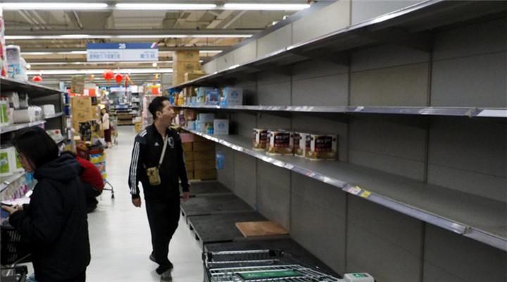 臺灣民眾瘋搶衛生紙 多家超市貨架被搬空