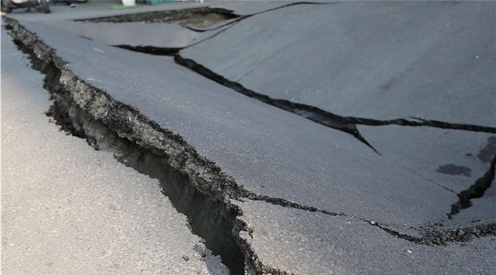 高雄街頭路面塌陷 現方圓10米大坑