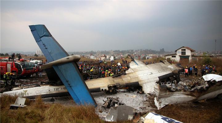 孟加拉國客機在尼泊爾降落起火 機翼折斷焦黑