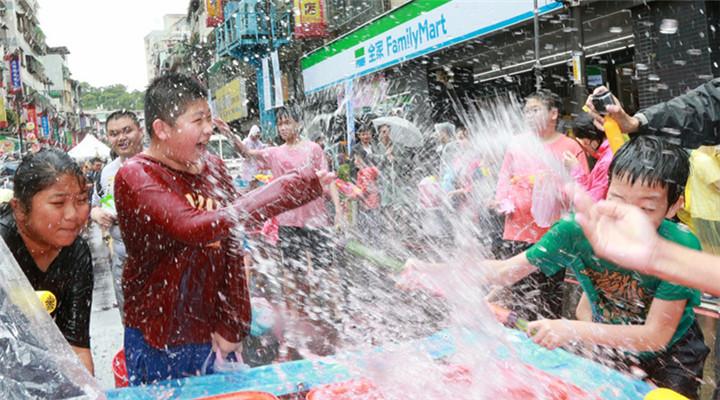 新北潑水節 參與者喜悅表情包讓人回憶童年