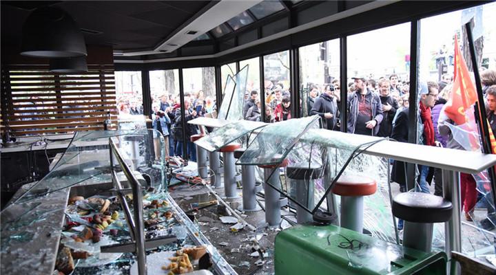 法國巴黎五一騷亂 黑衣蒙面人打砸燒場面混亂