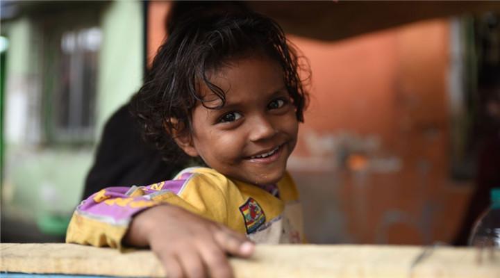 印度街頭流浪兒童 窘境中依舊天真