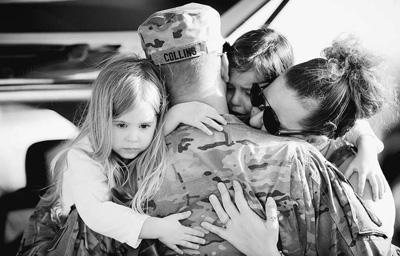 士兵與家人依依不捨