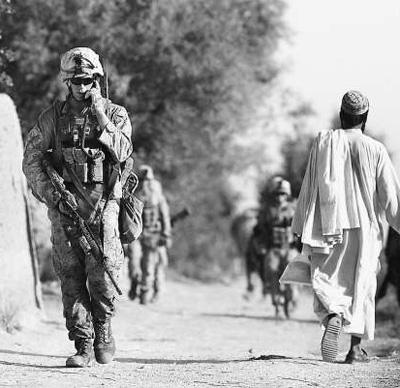 阿富汗赫爾曼德省馬爾賈,駐阿美軍士兵在該地區巡邏。
