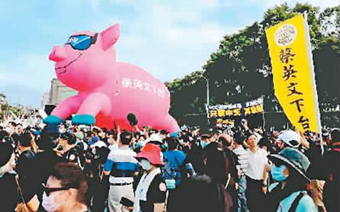11月22日,臺灣50多個團體和政黨發起大遊行,反對民進黨當局明年1月1日起開放美國瘦肉精(萊克多巴胺)豬肉入境,抗議關閉中天新聞臺。圖為遊行隊伍。.jpg