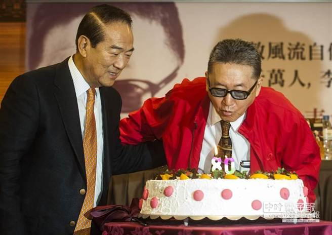 李敖(右)新書發表會上,親民黨主席宋楚瑜(左)特別出席,兩人一起吹熄慶祝李敖80歲生日的生日蛋糕