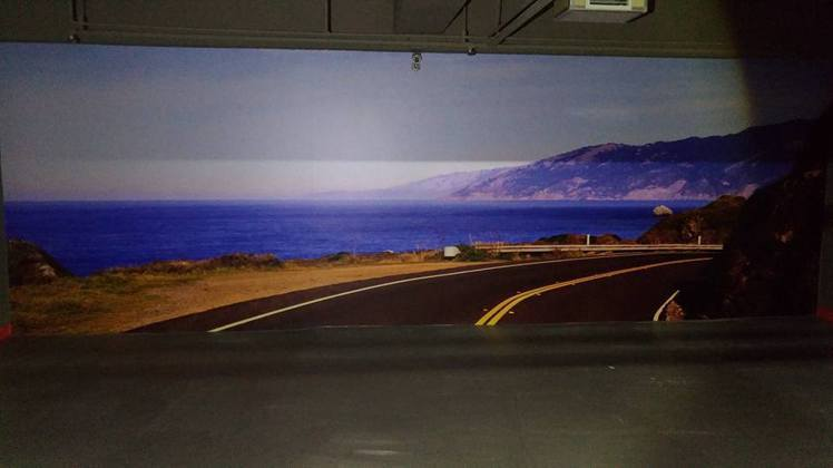 """停車場墻壁貼倣真公路壁畫 網友諷""""撞下去天國到了"""""""
