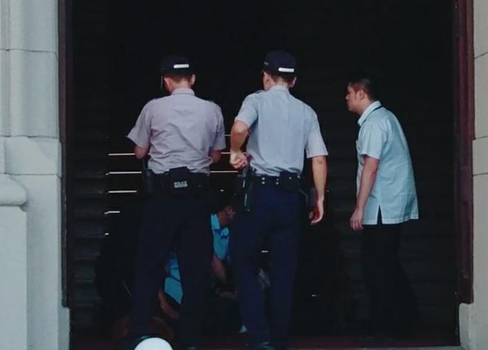 """突發:蔡英文辦公室""""憲兵""""遭人持刀砍傷 涉事男子被逮.jpg"""