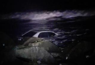 男子車停海邊吹風散心 一覺醒來差點被滅頂