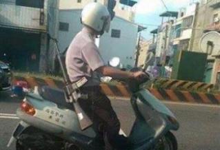 臺警察背長槍騎摩托車上街 網友熱議神回復