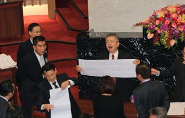 高雄議長選舉亮票引爭議 綠營議員投廢票被開黨籍