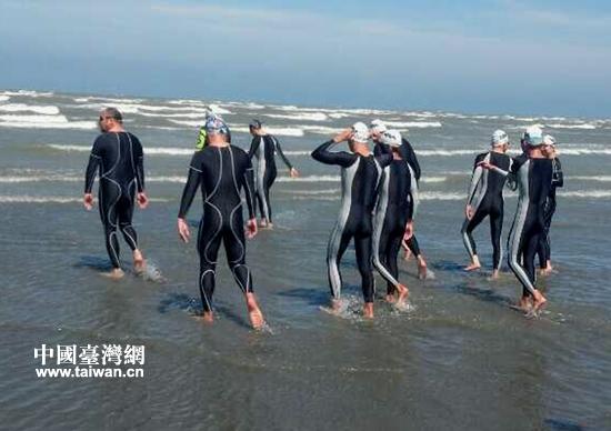 """两岸""""泳将""""横渡台湾海峡:合二为一共圆梦(图)"""