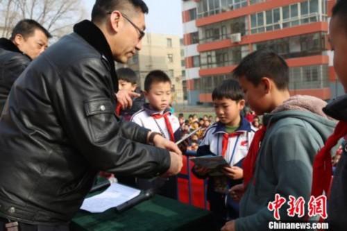 西宁森林公安民警为西宁市劳动路小学和前营街小学的小学生们宣教图片
