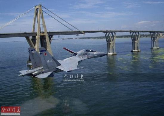 资料图:俄空军苏-30战机掠海飞行,可见飞行高度低於桥面
