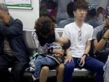 重慶一對母子地鐵上睡著 鄰座小夥借臂當枕(圖)