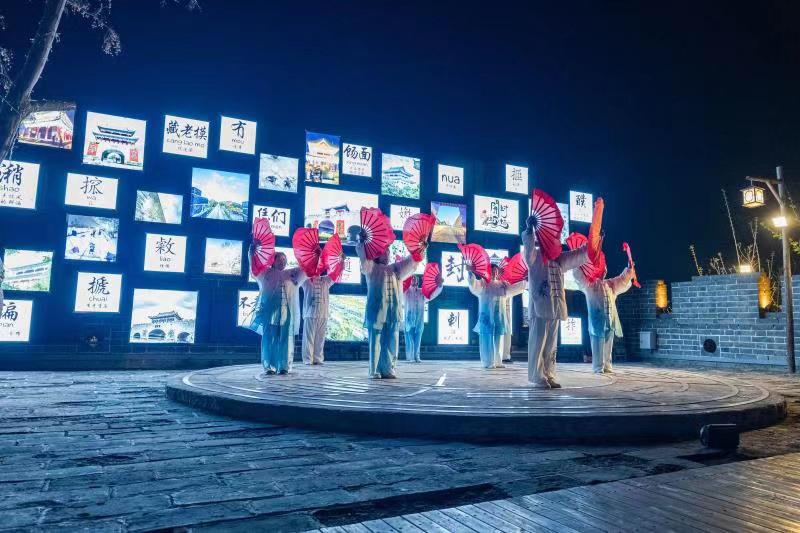 """媒體記者讚開封古城墻夜景 宛如時空隧道式""""穿越""""體驗"""